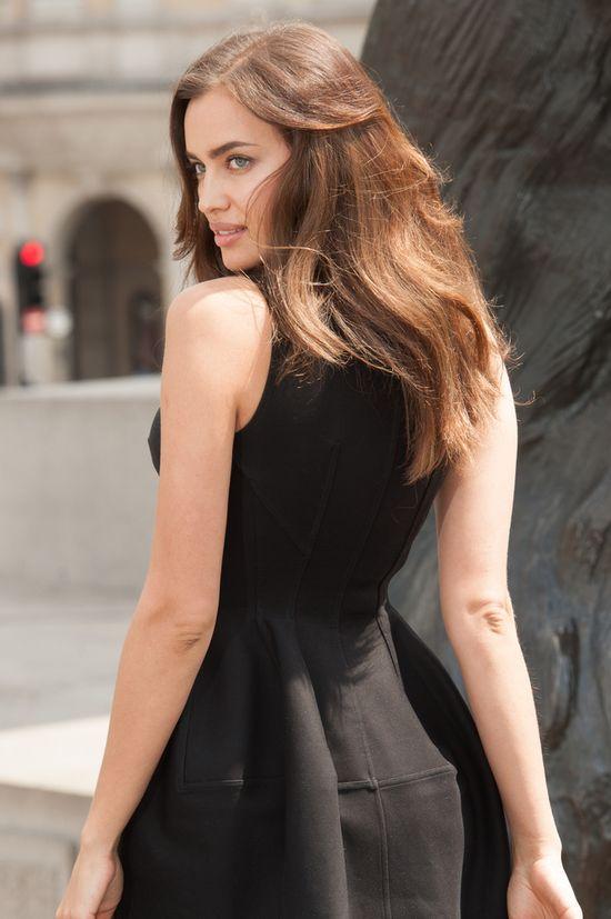 Irina Shayk w rozkloszowanej małej czarnej (FOTO)