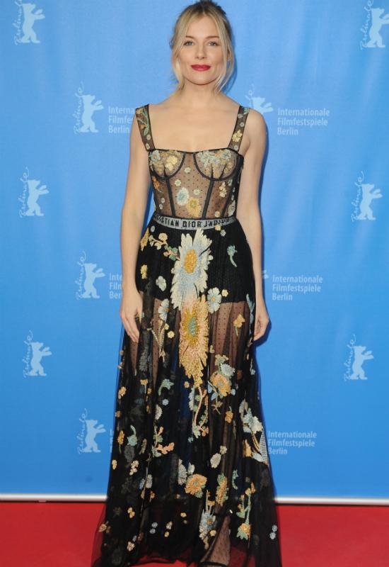 Sienna Miller łączy dwa zupełnie różne warianty kratki w jednej stylizacji
