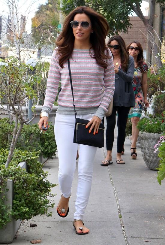 Eva Longoria coraz częściej wybiera jeansy i japonki