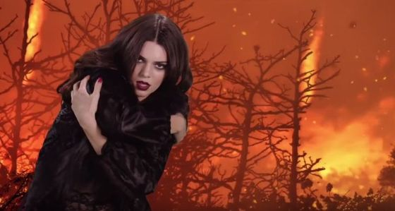 Kendall Jenner wygina się w seksownej bieliźnie (VIDEO)