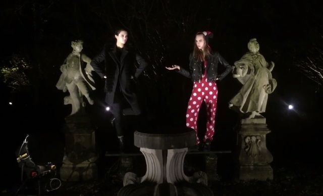Kendall Jenner i Cara Delevingne wygłupiają się dla LOVE...