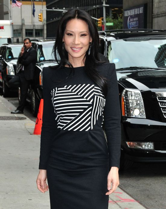 Lucy Liu w czarnej sukience Band of Outsiders
