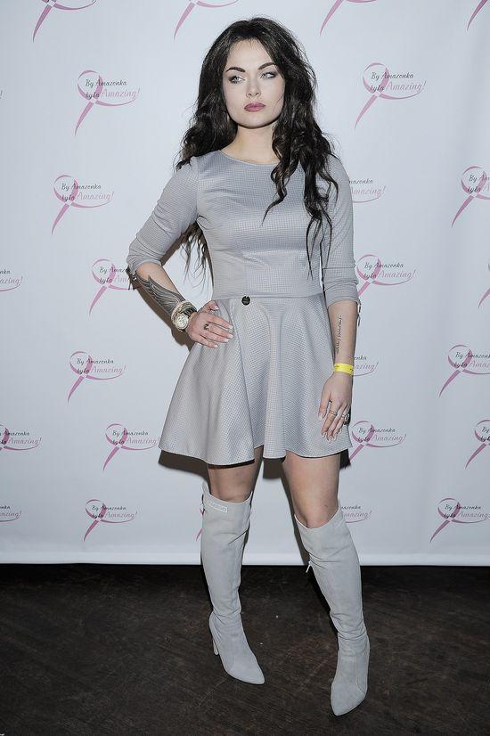 Początkująca blogerka modowa w szarej sukience na salonach
