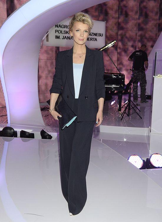 Elegancka Magda Mołek w czarnym garniturze