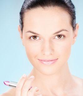 Chcesz optycznie odjąć sobie lat? Zrób odpowiedni makijaż!