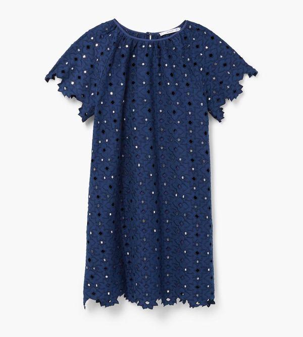 Sukienki haftowane w różnych kolorach - przegląd sieciówek