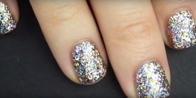 Cały czas nakładałyście na paznokcie brokatowy lakier ŹLE (VIDEO)