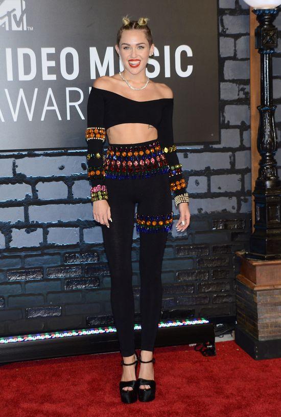 Zdecydujcie, w czym Miley Cyrus wyglądałaby lepiej (SONDA)