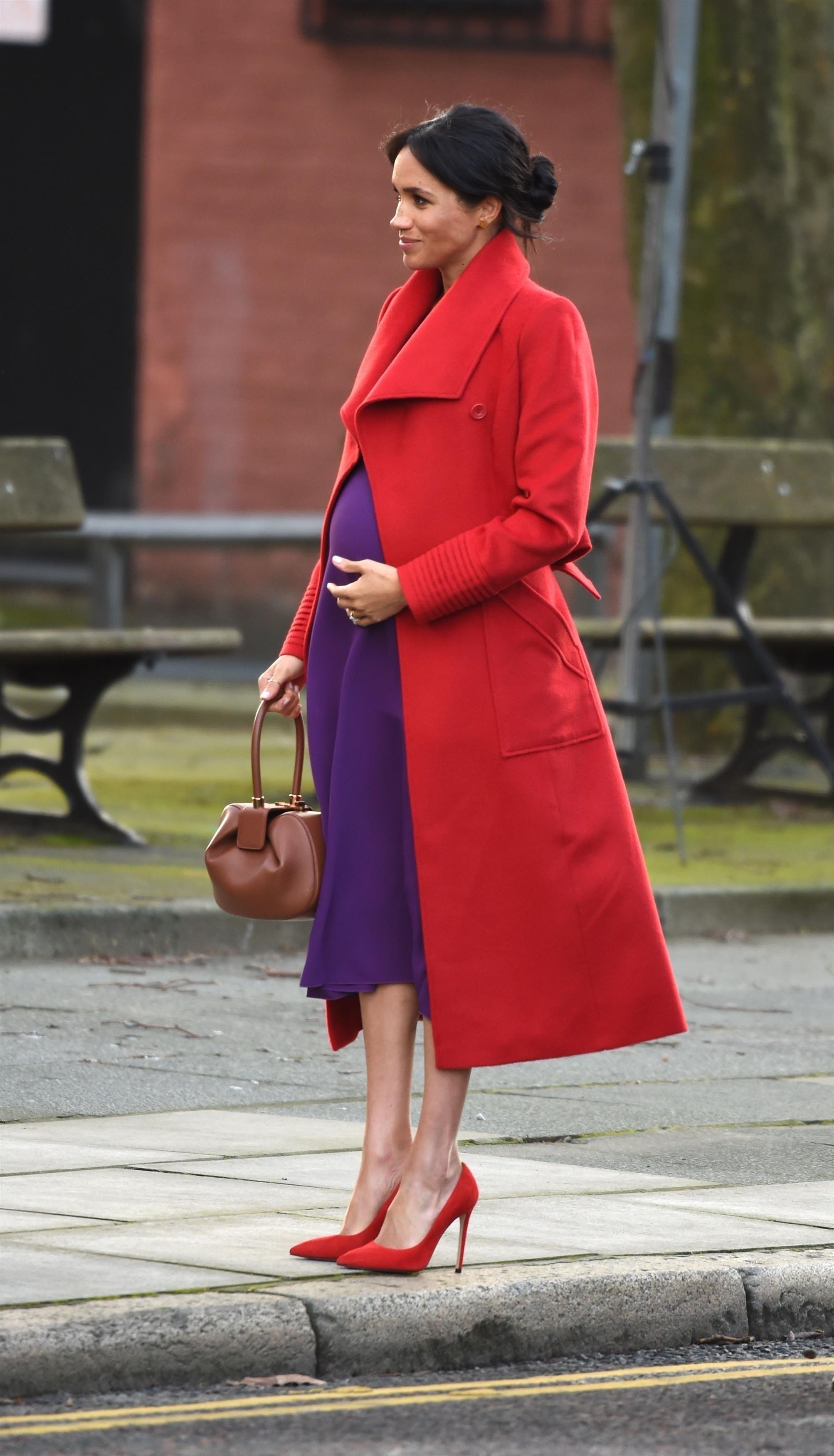 Meghan Markle w fioletowej sukni pokazuje ciążowy brzuszek. Jest coraz większy