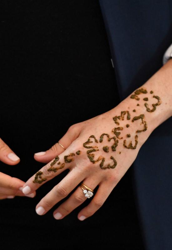 Co oznacza ten tatuaż na ręce księżnej Meghan? Wszyscy patrzyli na jej dłoń!