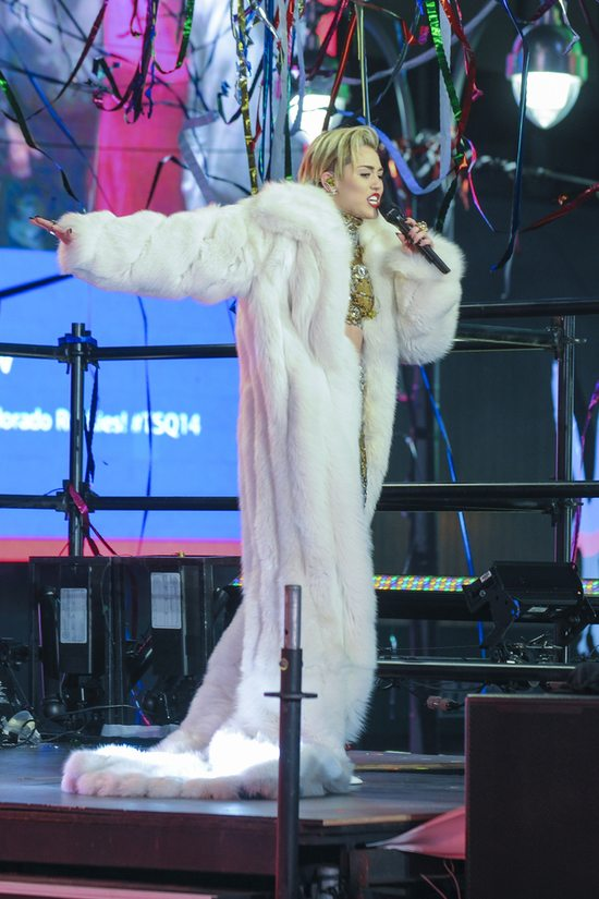 Sylwestrowa kreacja Miley Cyrus(FOTO)