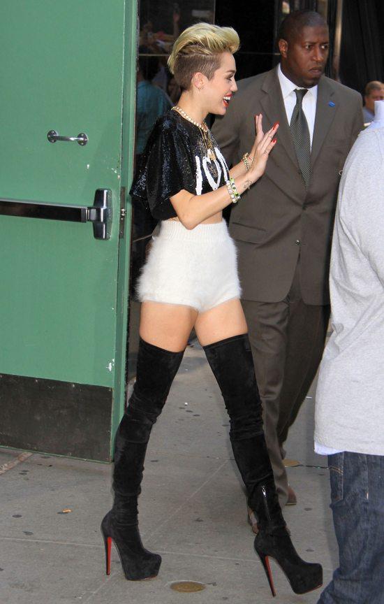 Miley Cyrus w puchatych szortach