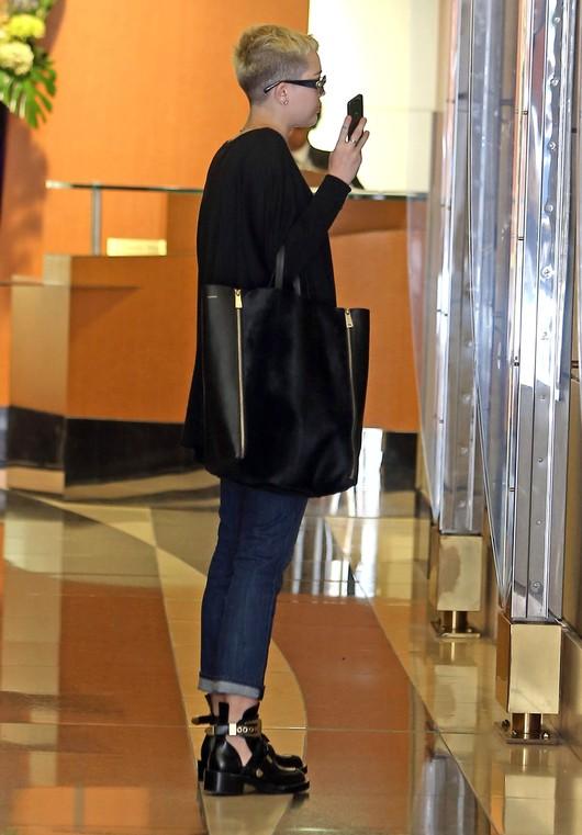 Miley Cyrus w butach od Balenciagi (FOTO)