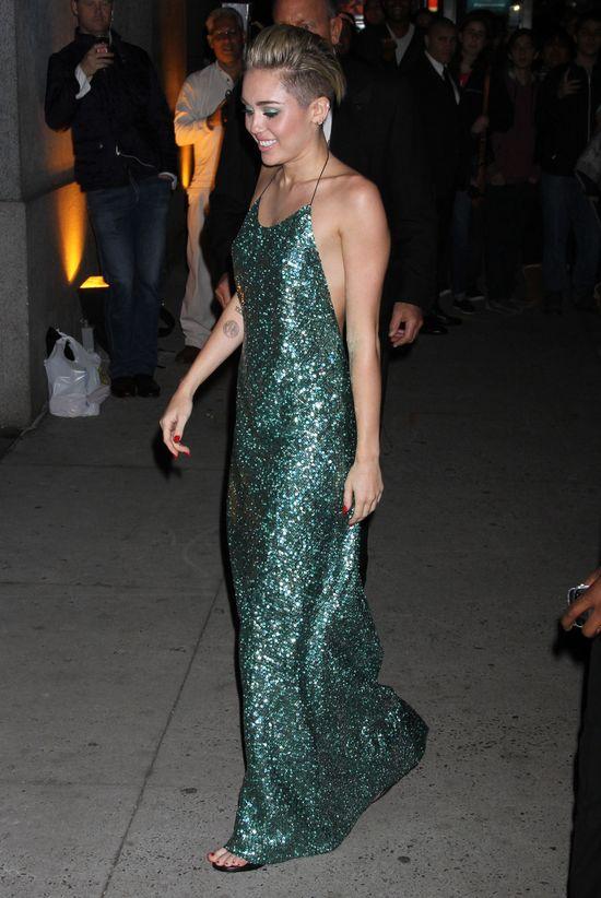 Miley Cyrus w sukni Marca Jacobsa (FOTO)