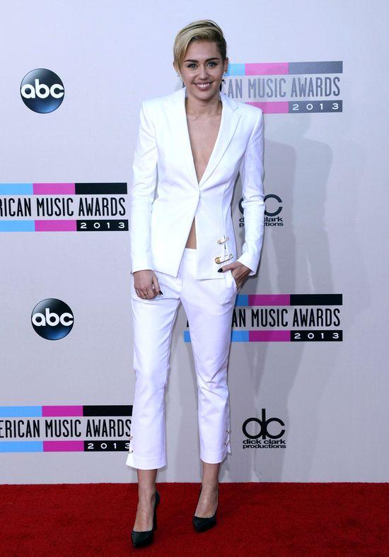 Miley Cyrus w białym garniturze Versus Versace(FOTO)