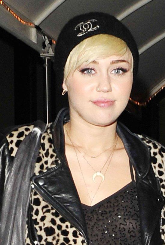 Miley Cyrus w czapce Chanel i dzwonach (FOTO)