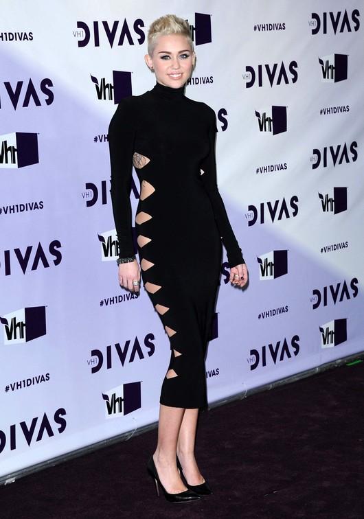 Odważne wycięcia Miley Cyrus (FOTO)