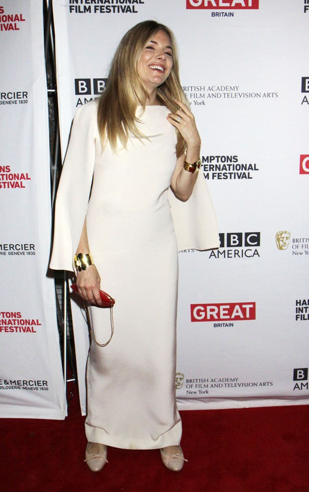 Sienna Miller w białej sukni
