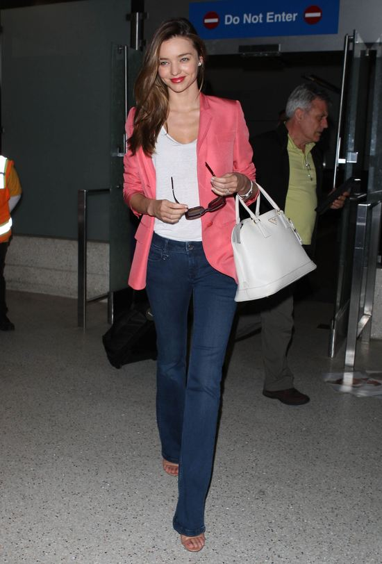 Miranda Kerr w różowej marynarce Stelli McCartney