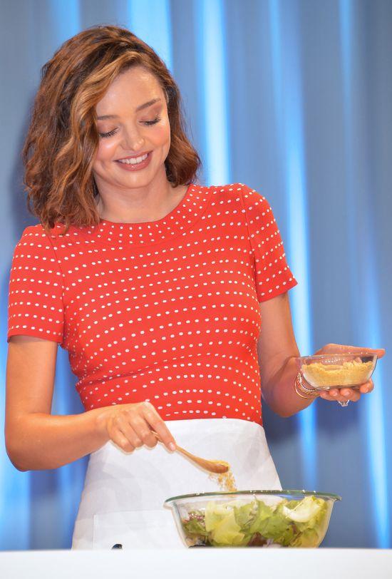 Hmmm... Właśnie tak Miranda Kerr ukrywa swój ciążowy brzuszek (FOTO)