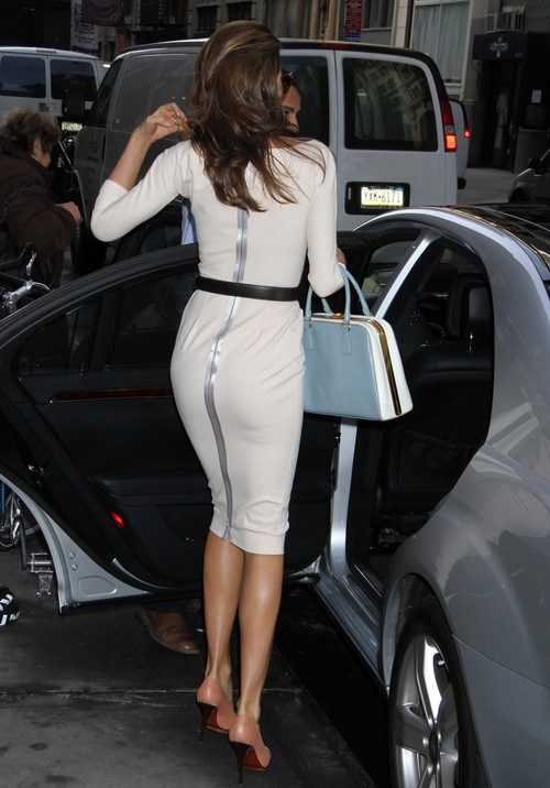 Miranda Kerr podkresla strojem zgrabną sylwetkę