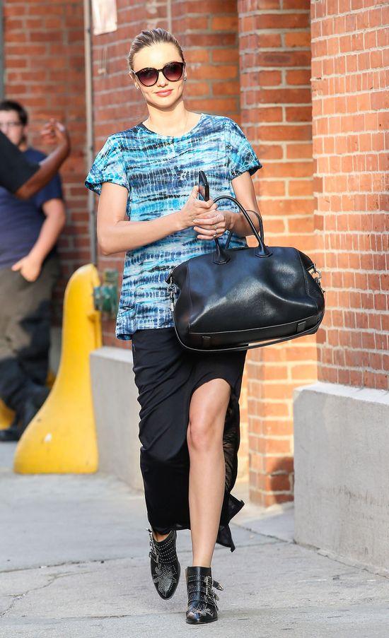 Miranda Kerr w czarnej spódnicy z rozcięciem