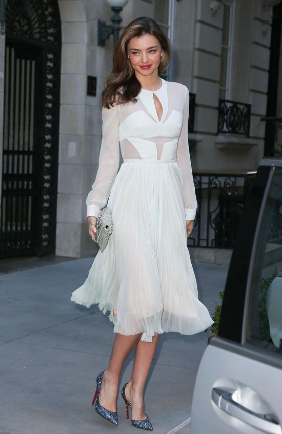 Miranda Kerr w białej sukience J. Mendel