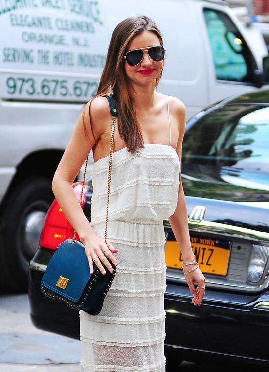 Miranda Kerr w białej sukience