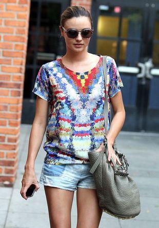 Miranda Kerr we wzorzystej bluzce (FOTO)