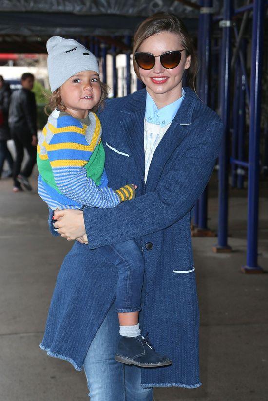 Miranda Kerr - modna mama w odcieniach niebieskiego (FOTO)