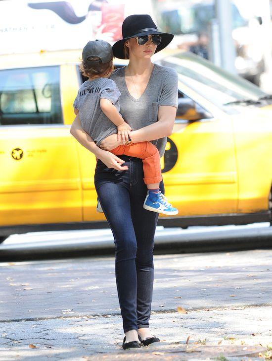 Miarnda Kerr - modna mama w kapeluszu (FOTO)
