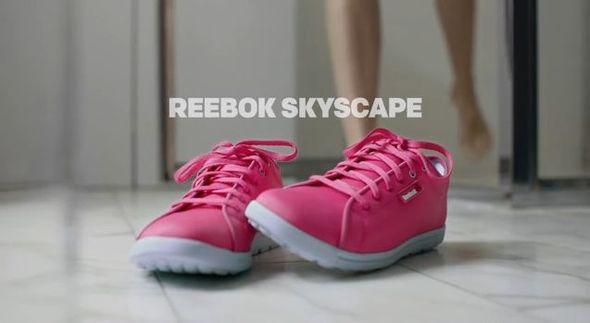 Miranda Kerr robi striptiz w reklamie Reeboka (FOTO)