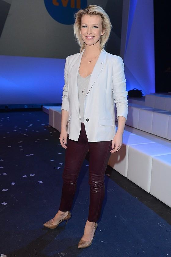 Magdalena Mołek w bordowych spodniach