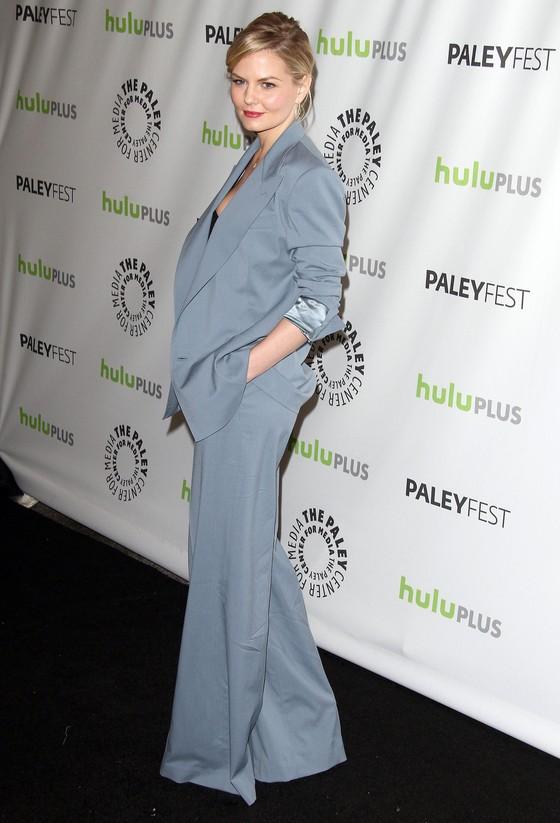 Jennifer Morrison w szarym garniturze