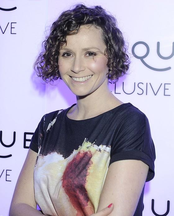 Monika Mrozowska w kolorowej tunice