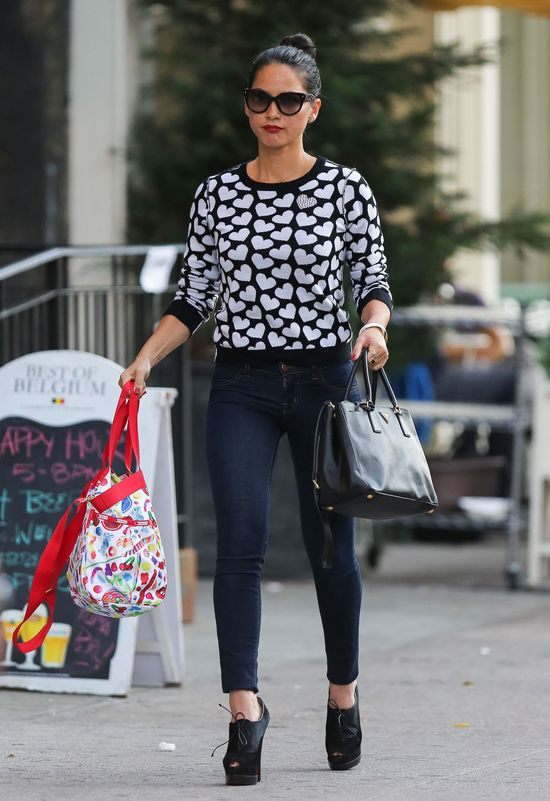Olivia Munn w modnym swetrze (FOTO)
