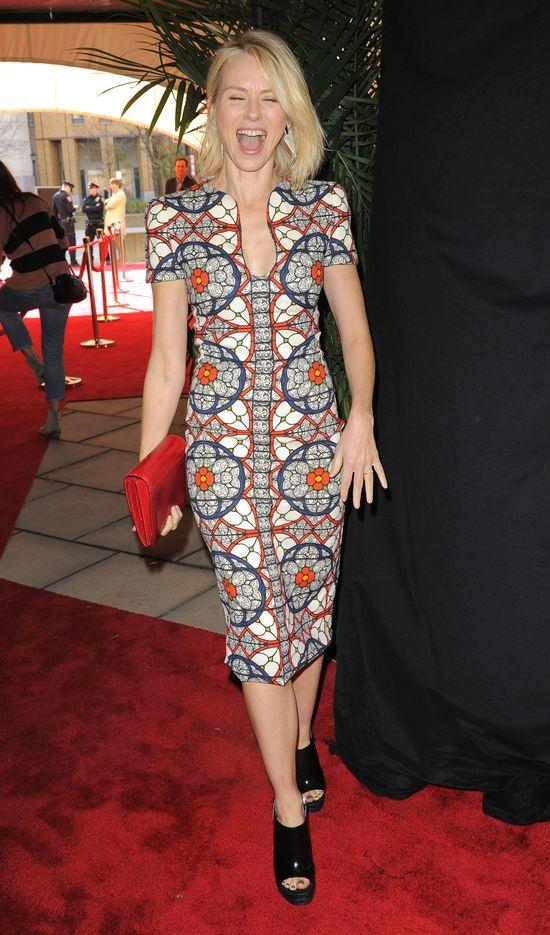 Naomi Watts w sukience od Alexandra McQeena