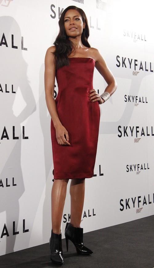 Naomie Harris w sukience w kolorze wina (FOTO)