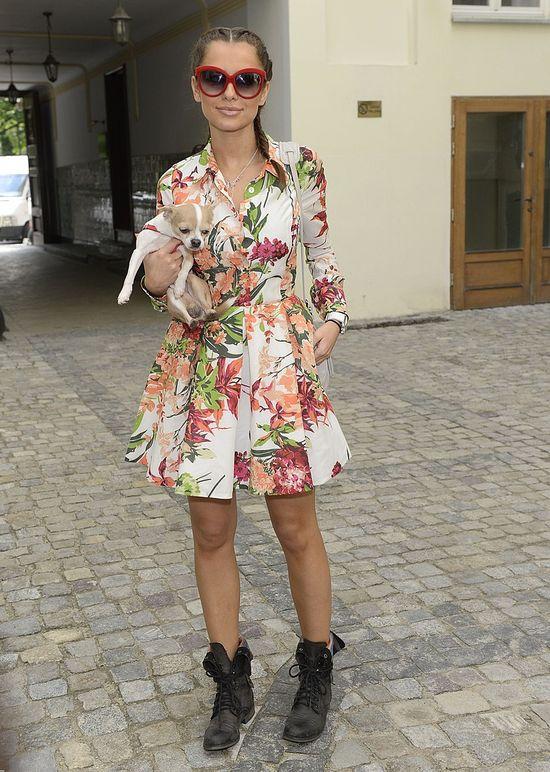 Natalia Siwiec w kolorowym płaszczu