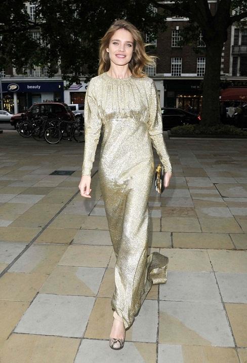 Natalia Vodianova w złotej sukience