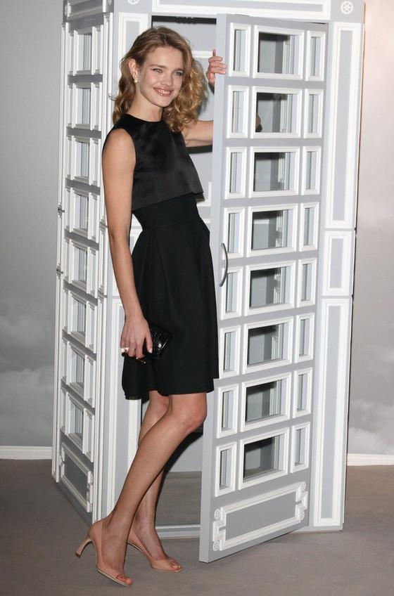 Natalia Vodianova w małej czarnej Christiana Diora