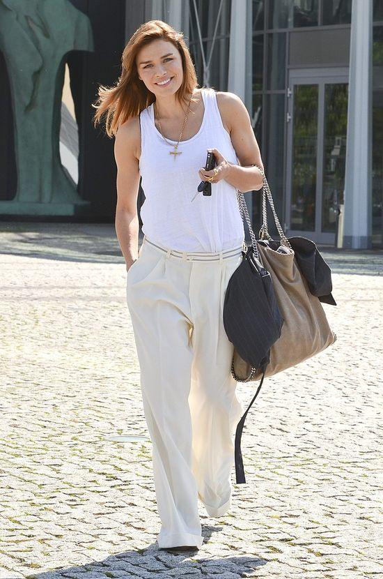 Natasza Urbańska w białych spodniach