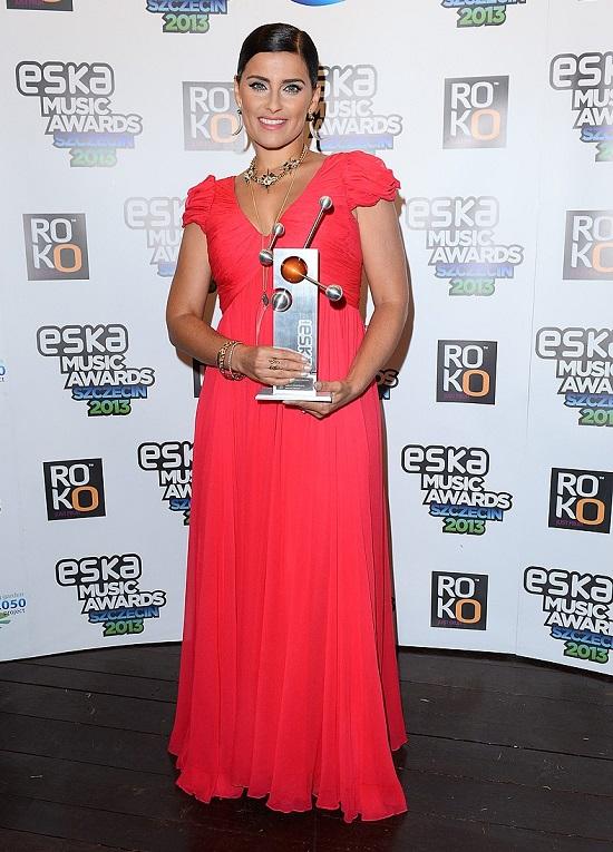 Nelly Furtado w czerwonej sukience na Eska Music Awards