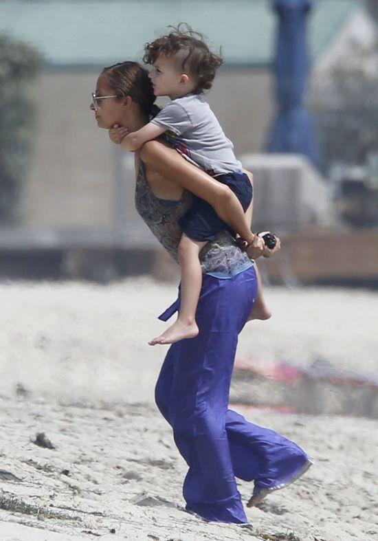 Szczupła Nicole Richie w szerokich spodniach (FOTO)