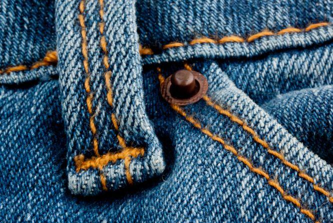 Wiesz, po co są małe nity przy kieszeniach jeansów? Oto odpowiedź...