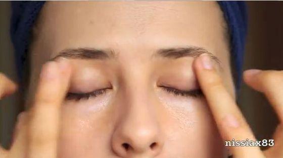 Jak poprawnie nałożyć krem pod oczy? (VIDEO)