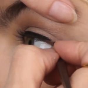 Eyeliner - jak zrobić kreskę na górnej powiece?