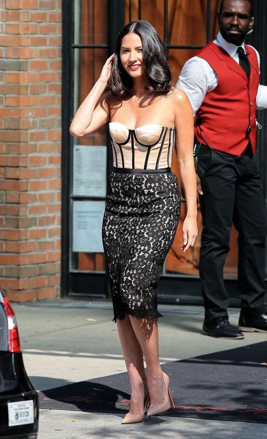 Olivia Munn w seksownej sukience Michaela Korsa