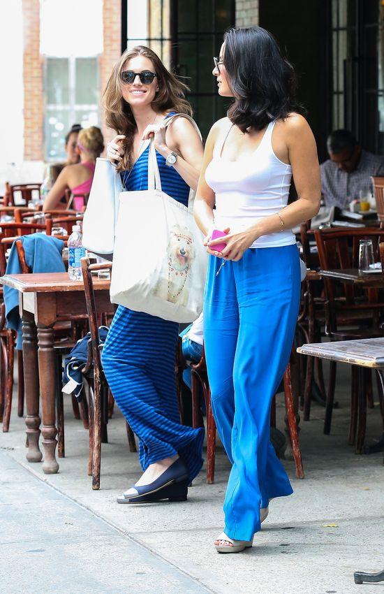 Olivia Munn w niebieskich spodniach