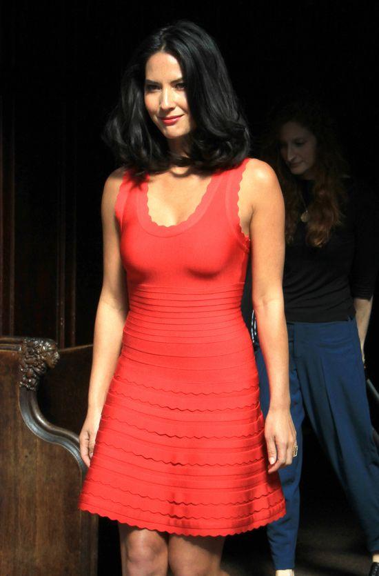 Olivia Munn w czerwonej sukience
